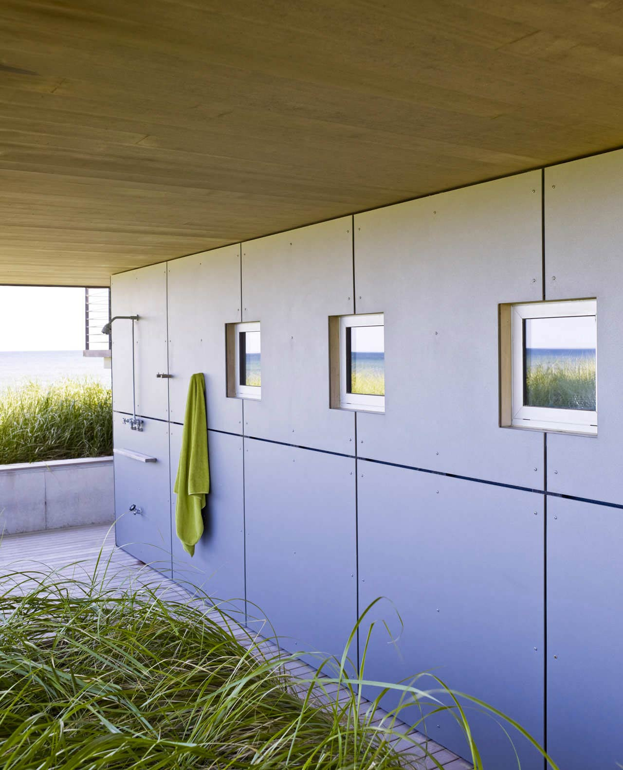 Outdoor Shower, Surfside House in Bridgehampton, New York by Stelle Architects